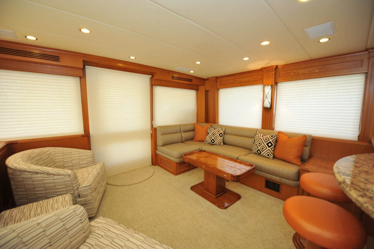 66' Offshore Southern Comfort Main Salon