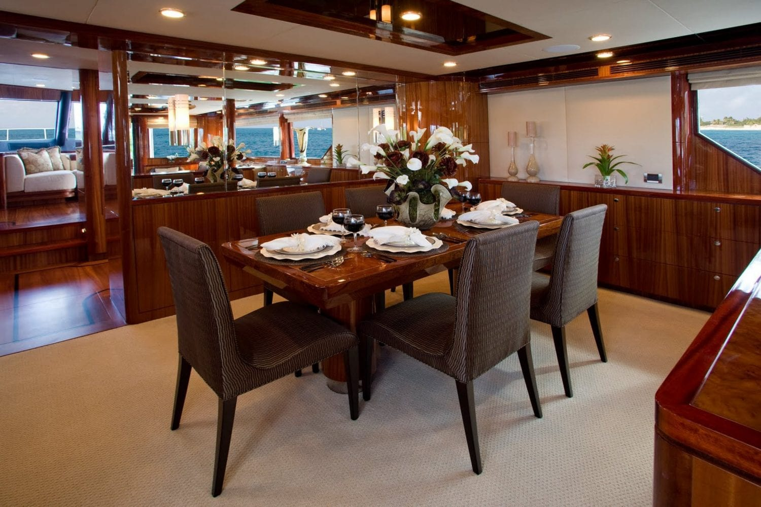 92' Ocean Alexander Excellence Dining Salon