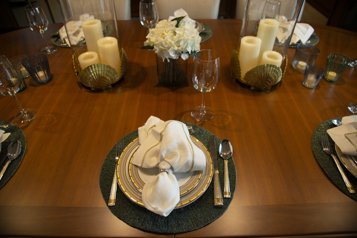 150′ Hakvoort Motoryacht Cracker Bay Dining Table Details