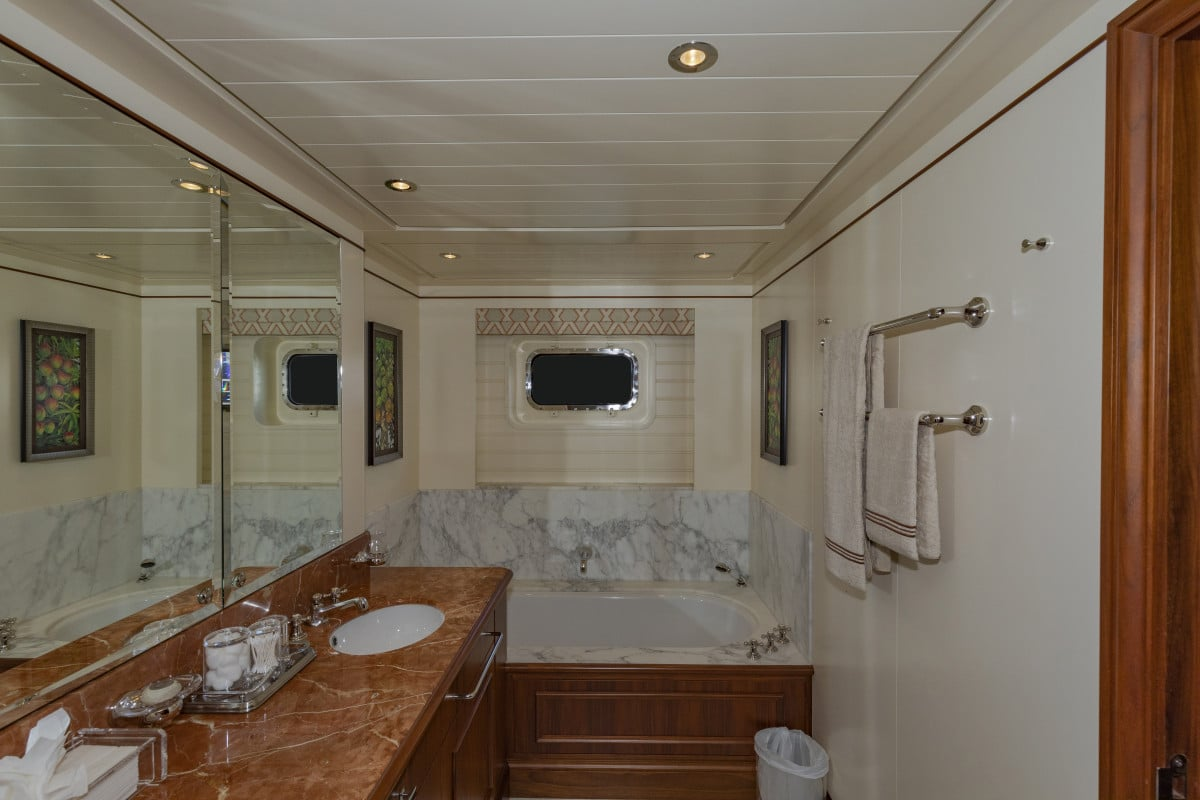 150′ Hakvoort Motoryacht Cracker Bay Guest Head 4