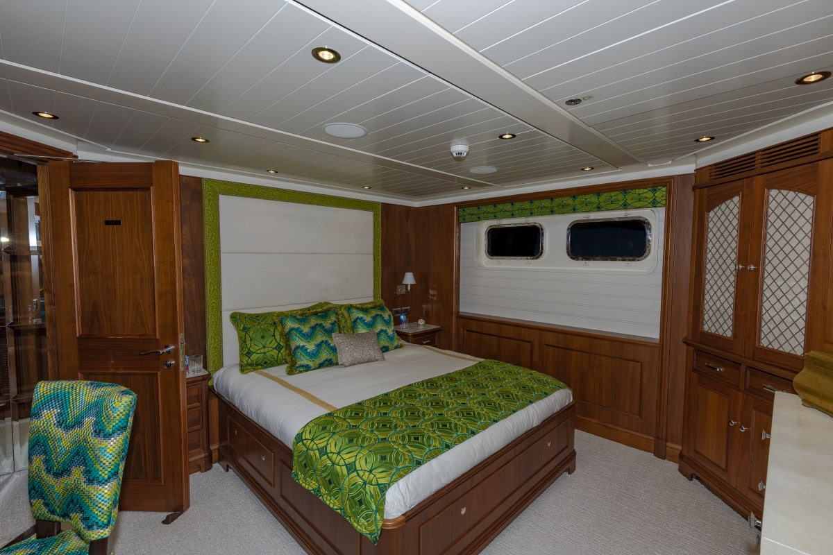 150′ Hakvoort Motoryacht Cracker Bay Guest Head 1